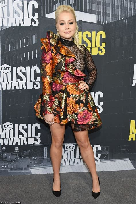 Carrie Underwood flaunts her legs at CMT Music Awards